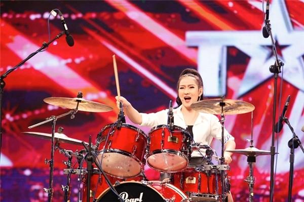 Hot Girl Mi Ngân (Đại sứ thương hiệu trống Pearl) trong Vietnam's got talent.
