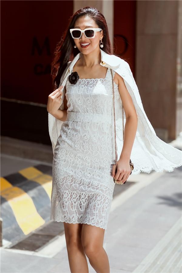 Với thời trang đường phố, Diệu Ngọc ưa chuộng sự năng động, khỏe khoắn nhưng vẫn mang đậm dấu ấn nữ tính, ngọt ngào. Chính vì thế, sắc trắng tinh khôi dường như luôn là lựa chọn hàng đầu. Tiết chế sự gợi cảm của váy ren xuyên thấu mỏng manh bên trong, đại diện Việt Nam tại Hoa hậu Thế giới 2016 kết hợp thêm áo khoác ren bên ngoài đồng điệu.