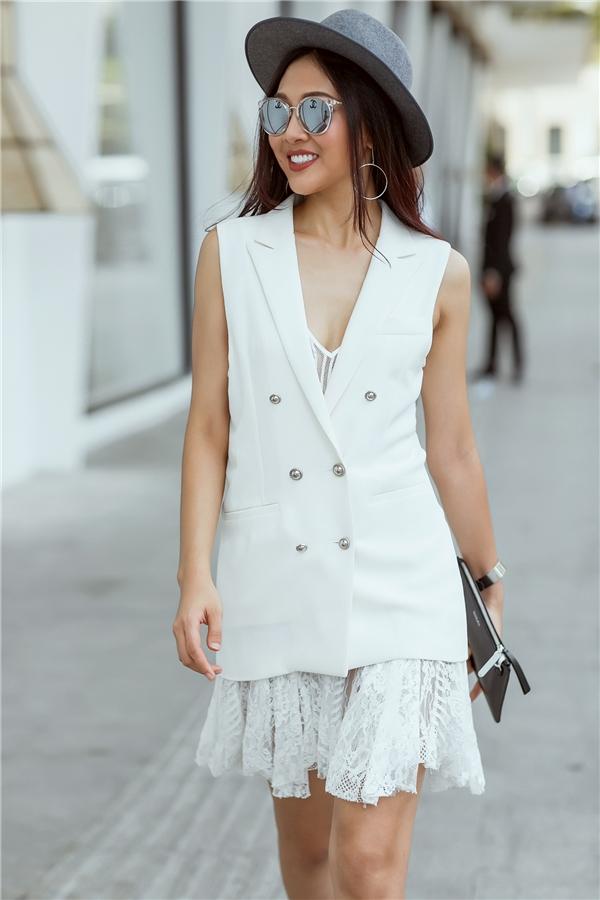 Quý cô thành thị giữa tiết trời vào thu ngọt ngào, trong veo được Diệu Ngọc tái hiện qua váy ren mỏng kết hợp blazer không tay bên ngoài. Một số phụ kiện với sắc xám, đen trầm mặc tương phản mang đến bộ trang phục thú vị hơn.