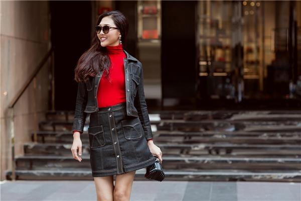 """""""Cây jeans"""" với sắc xám đen đặc trưng của mùa thời trang Thu - Đông được nhấn nhá bằng sắc đỏ nồng nàn, nổi bật. Áo cổ lọ hứa hẹn sẽ trở thành item được lăng xê tích cực trong khoảng thời gian tới đây."""