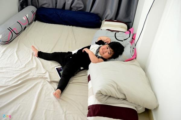 Sau bữa ăn, Tin Tin lên phòng ngủ để nghỉ trưa. Căn phòng rộng, thoáng mát này là nơi mỗi tối em, ngoại và mẹ ngủ.
