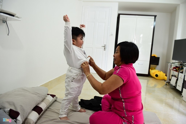 Đồ diễn của cậu bé chủ yếu do bà ngoại tự tay sắm sửa. Bà dí dỏm cho hay cháu trai có chiều cao khiêm tốn nên trang phục nào cũng phải mang đến nhà may để cắt ngắn.