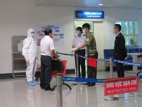 Tăng cường công táckiểm tra dịch bệnh tại sân bay quốc tếTân Sơn Nhất.