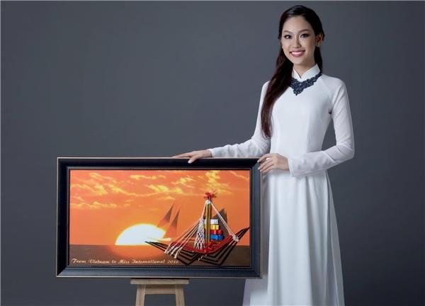 """Nhằm tạo thêm sự sinh động, Phương Linh đã khéo léo đặt đôi đũa lồng vào bức tranh do chính cô thực hiện. Trong bức tranh, có chiếc thuyền đang hướng ra biển vào lúc bình minh khi mặt trời mọc (Nhật Bản được gọi là đất nước mặt trời mọc), đôi đũa được sử dụng để làm cột buồm, vì theo Phương Linh: """"Cột buồm được xem là nền tảng vững chắc để có thể căng buồm đưa thuyền ra biển và ý nghĩa hơn chính là thể hiện sự phát triển vượt bậc của đất nước""""."""
