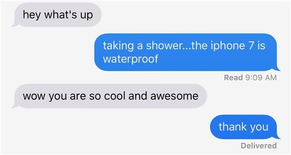 """""""Ê, đang làm gì thế?"""", """"À tớ đang tắm... iPhone 7 này có chống nước nè cậu!""""."""