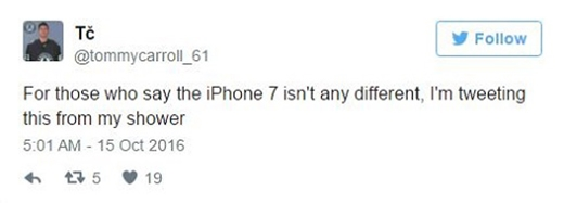 """""""Cho mấy thánh nào phán iPhone 7 chả khác tí nào thì tôi đang tweet dòng này từ dưới vòi sen đấy""""."""