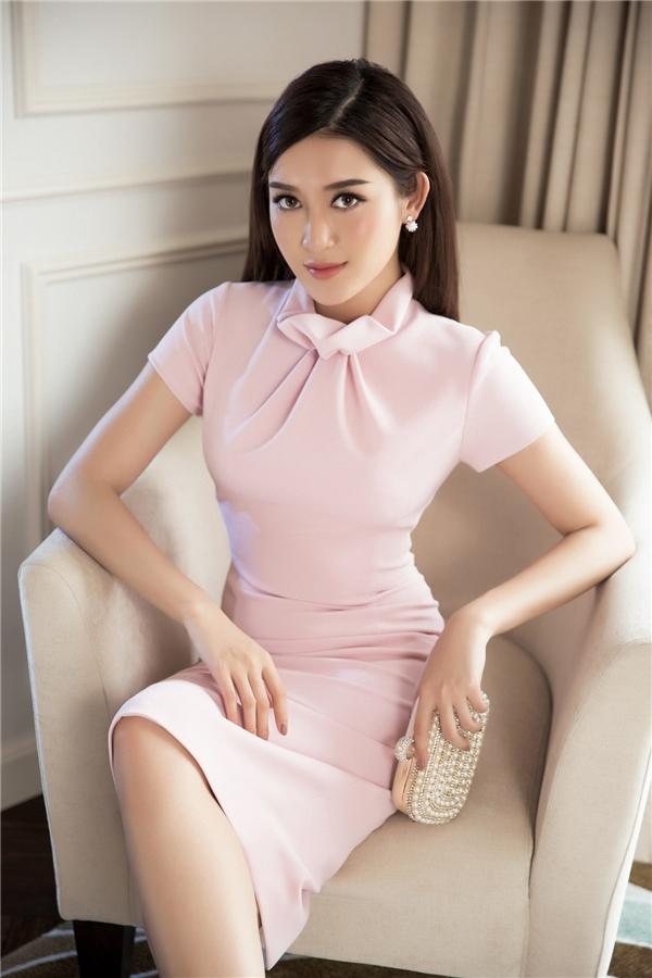 Á hậu Việt Nam 2014 hóa quý cô cổ điển với dáng váy cổ lọ cách điệu. Một chút nhấn nhá bằng nếp gấp vẫn đủ tạo nên sức hút cho thiết kế tối giản.