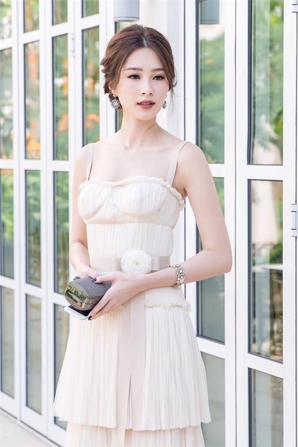 """Xét về nhan sắc, chẳng điều gì có thể chê ở Hoa hậu Việt Nam 2010 Đặng Thu Thảo. Tuy nhiên, dù xuất hiện với gương mặt thanh tú, thánh thiện, """"thần tiên tỉ tỉ"""" vẫn có lúc """"bị hại"""" bởi trang phục váy tầng xếp li rườm rà. Hơn nữa, phầnđai lưng nhìn như dải ruy băng gói quà cũng góp phầnkhiến tỉ lệ bộ trang phục trở nên không đồng đều, thiếu hài hòa và thuyết phục."""