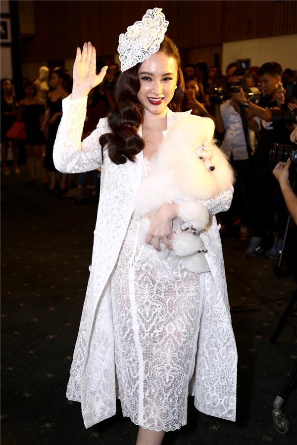 """Angela Phương Trinh xuất hiện khá trễ trên thảm đỏ nhưng lại """"chặt đẹp"""" dàn mĩ nhân khi diện bộ cánh cầu kì theo phong cách cổ điển trên nền chất liệu ren."""