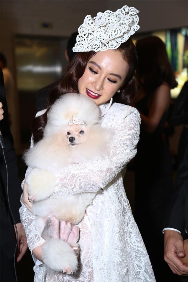Nữ diễn viên còn gây chú ý khi ẵm theo cún cưng để tham gia đêm tiệc thời trang này.
