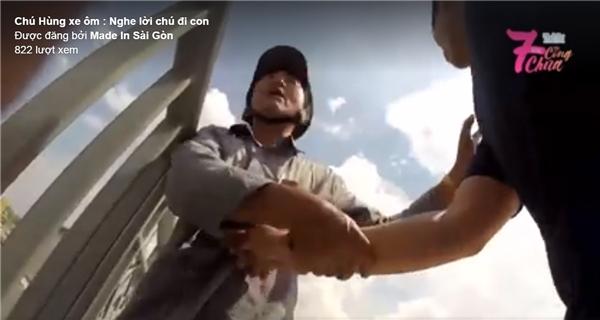 Chúxe ôm cố gắng khuyên ngăn chàng trai từ bỏ ý định dại dột. (Ảnh: Chụp từ clip)