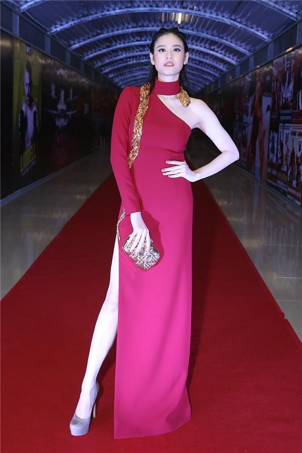 Trương Quỳnh Anh thu hút sự chú ý của mình trên thảm đỏ với vẻ đẹp gợi cảm tinh tế. - Tin sao Viet - Tin tuc sao Viet - Scandal sao Viet - Tin tuc cua Sao - Tin cua Sao