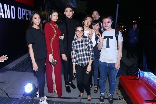 Tại sự kiện, Tim và Trương Quỳnh Anh nhanh chóng được công chúng nhận ra và vui vẻ chụp hình cùng người hâm mộ. - Tin sao Viet - Tin tuc sao Viet - Scandal sao Viet - Tin tuc cua Sao - Tin cua Sao