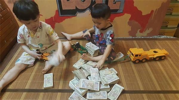Hình ảnh hai cậu bé ngồi đếm tiền lẻ thu hút sự chú ý của cư dân mạng.
