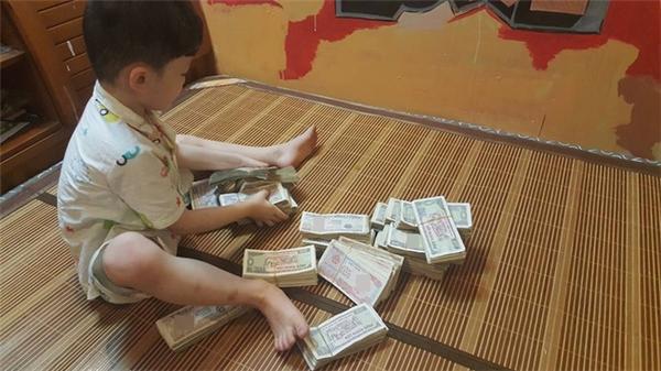 Các em sẽ gửi số tiền này cho MC Phan Anhđể giúp đỡ đồng bào miền Trung đang gặp lũ lụt.