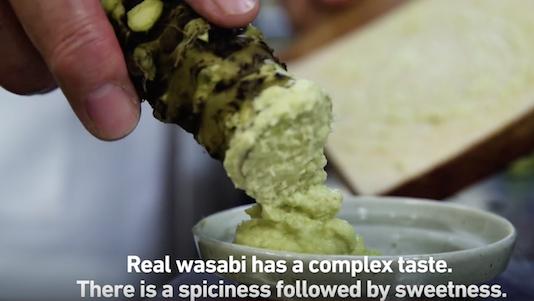 Củ và rễ của cây wasabi đượcmài hoặc nạo thành bột, có vị cay nồng pha chút ngọt.