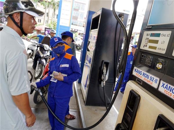 16h chiều nay, giá xăng sẽ tăng mạnh. (Ảnh: internet)