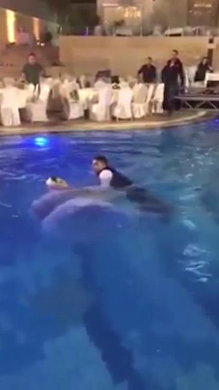 Không ai ngờ được sức nặng của chiếc váy khiến cô dâu chìm ngay sau khi xuống nước không lâu.