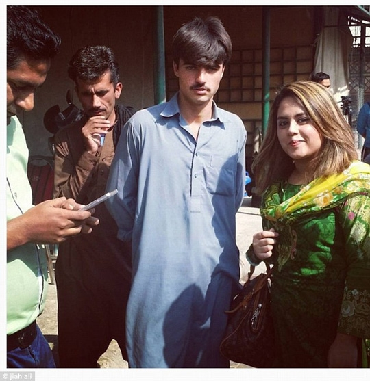 Các fan nữ liên tiếp tìm gặpArshad để xin chụp ảnh cùng.