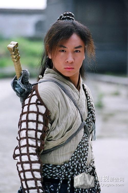 Thích Tiểu Longthể hiện rất thành công nhân vật Triển Chiêu trong loạtphim truyền hình Thời niên thiếu của Bao Thanh Thiên năm 2000.