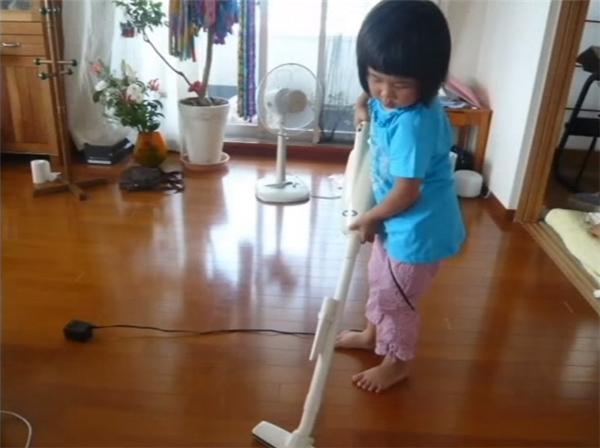 Chiều về, bé lại tiếp tục vùi đầu vào công việc nhà: giặt phơi quần áo, gấp quần áo, kỳ cọ nhà tắm, lau dọn nhà cửa, nấu cơm tối.