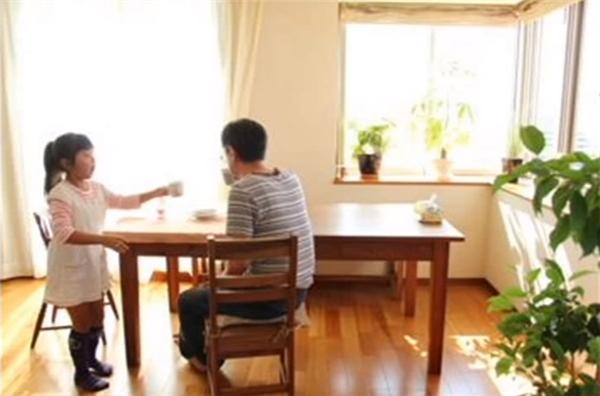 Cô bé đã nấu cho anh đúng món súp miso được mẹ dạy lại, thậm chí làm việc nhà không khác gì người vợ đã khuất của mình.