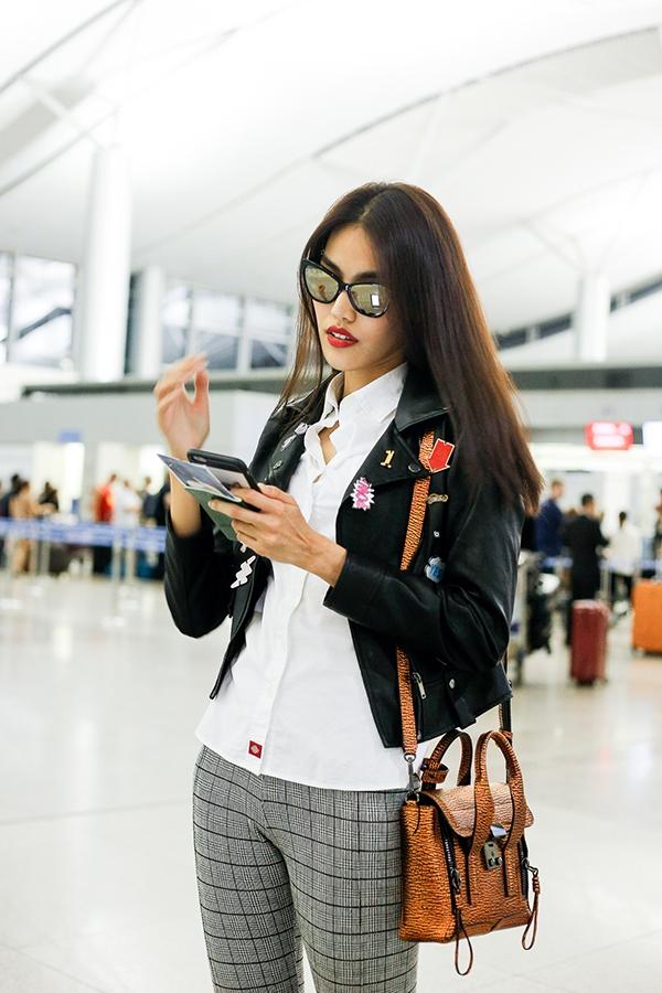 Mặc trời khuya, fan vẫn ra tận sân bay tiễn Lan Khuê, Mai Ngô