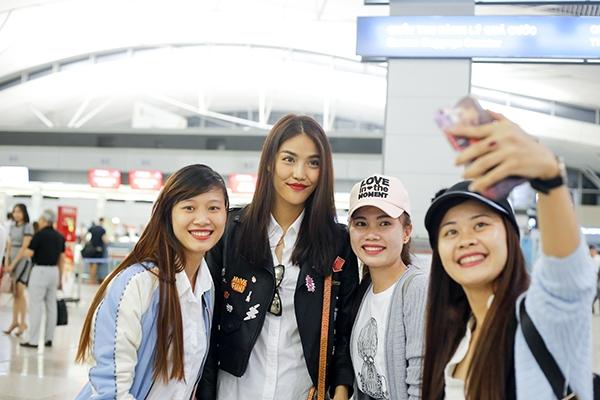 Tại sân bay, Lan Khuê và Mai Ngô đã có dịp hội ngộ với người hâm mộ. Các bạn trẻ không ngại đường xa hay trời khuya để đến tiễn hai thầy trò huấn luyện viên The Face Vietnam 2016 trước khi lên đường sang Hàn Quốc.