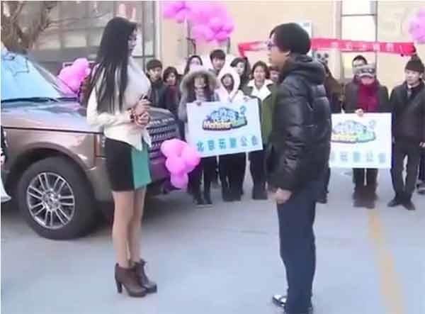 Tiểu thư xinh đẹp đã mang siêu xe và nhà để cầu hôn người mình yêu.(Ảnh: Internet)