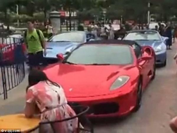 Dàn siêu xe diễu hành qua phố.(Ảnh: Internet)