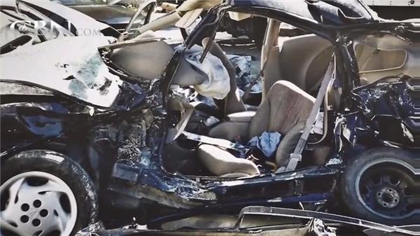 Chiếc xe bẹp dúm sau khi xảy ra tai nạn. (Ảnh: Internet)