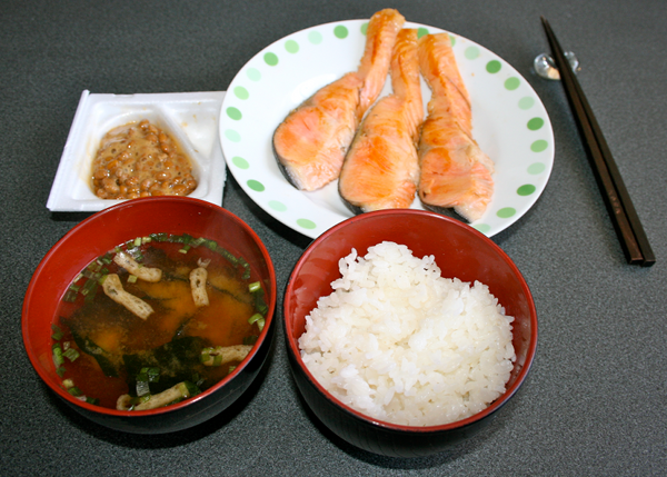 """Nhật Bản:Bữa sáng truyền thống ở xứ sở mặt trời mọc gồm súp miso, cơm trắng, rau muối, cá và trứng tráng kiểu Nhật (còn gọi là """"tamagoyaki"""")."""