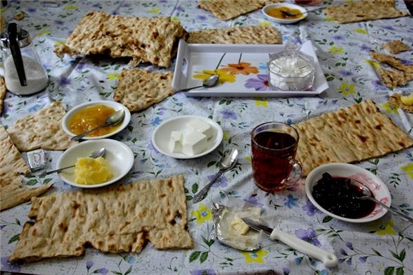 Iran:Người Iran thường ăn một số loại bánh với bơ và mứt. Khi không ăn sáng nhẹ, họ ăn Halim. Halim là một hỗn hợp gồm bột mỳ, quế, bơ và đường được nấu với thịt băm trong một nồi nhỏ. Có thể ăn halim nóng hoặc lạnh.