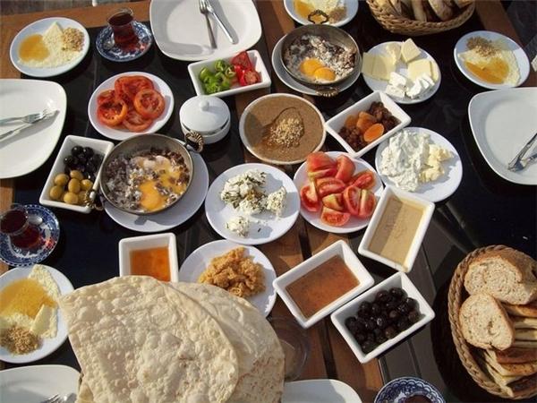 Thổ Nhĩ Kỳ: Người Thổ Nhĩ Kỳ thường có bữa sáng đa dạng với bánh mì, phô mai, bơ, dầu olive, trứng, cà chua, dưa chuột, giăm bông, mật ong và kem kaymak. Ngoài ra, họ còn ăn thêm sucuk (xúc xích cay) và trà Thổ Nhĩ Kỳ.