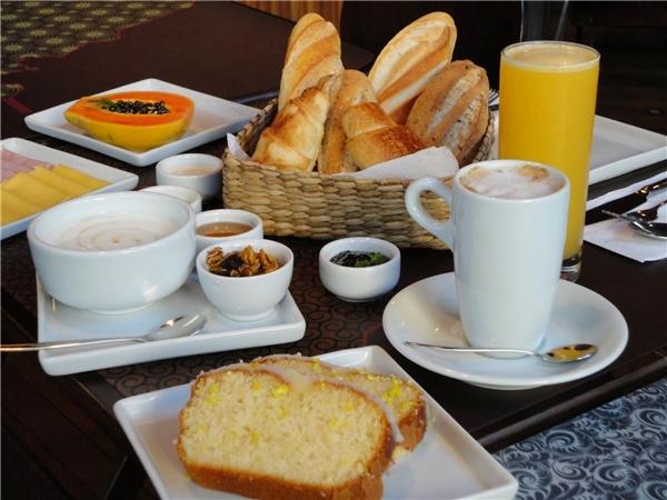 Brazil:Bữa sáng của người Brazil là một sự lựa chọn tuyệt vời gồm thịt, pho mát và bánh mìnướng.