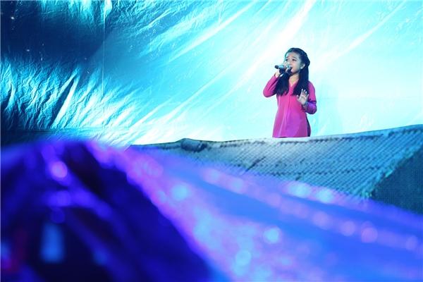 """Sân khấu được Noo Phước Thịnh """"biến"""" sân khấu thànhkhu vực vùng lũ và Mai Anh xuất hiện trên một nóc nhà, khoe giọng hát đầy cảm xúc. - Tin sao Viet - Tin tuc sao Viet - Scandal sao Viet - Tin tuc cua Sao - Tin cua Sao"""