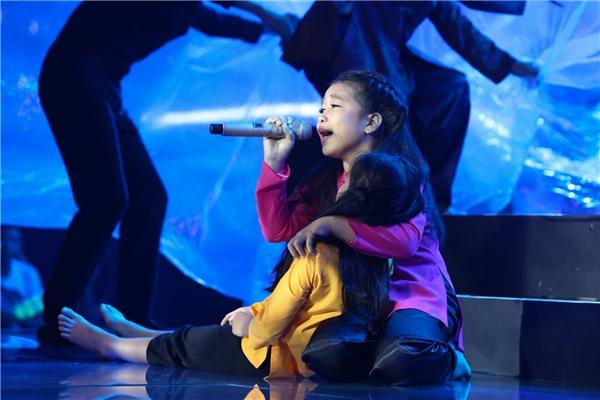 Ở cuối bài hát, cô bé còn trổ tài ca vọng cổ khiến khán giả bất ngờ. - Tin sao Viet - Tin tuc sao Viet - Scandal sao Viet - Tin tuc cua Sao - Tin cua Sao