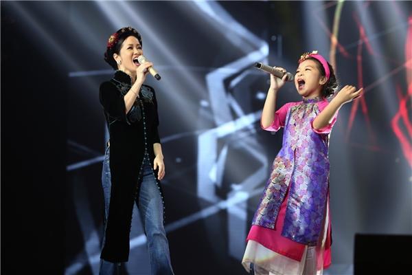 Nữ ca sĩ Hồng Nhung luôn biết cách nâng giọng hát của Mai Anh khiến tiết mục vô cùng hài hoà và đầy cảm xúc. - Tin sao Viet - Tin tuc sao Viet - Scandal sao Viet - Tin tuc cua Sao - Tin cua Sao