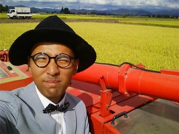 Bất kể làlái máy kéo, cắt cỏ hay đi cấy lúa ngoài đồng, Kiyoto đều mặc rất đẹp, tất cả các trang phục của anh đều bảnh bao như một doanh nhân thành đạt với vest, sơ mi, cà vạt.