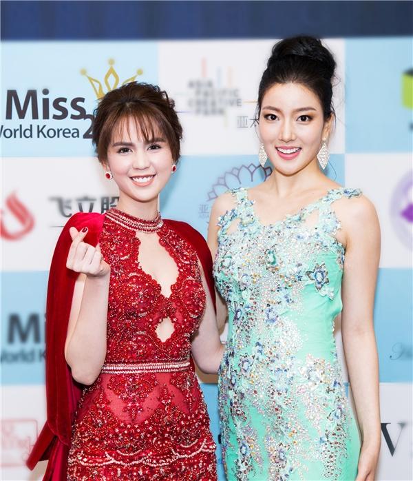 """So với Hoa hậu Hàn Quốc 2015 (váy xanh), Hoa hậu Trung Quốc 2013 (váy xám trắng, đội vương miện) thì nữ diễn viên """"Vòng eo 56"""" hoàn toàn nổi bật dù không có lợi thế về chiều cao. Trước đó, Ngọc Trinh cũng có dịp đọ sắc cùng 2 mĩ nhân này khi họ sang Việt Nam tham gia Đêm hội Chân dài 2016."""
