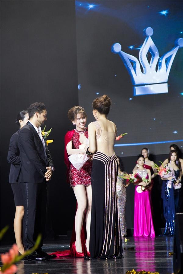 Ngọc Trinh trao giải cho một thí sinh.