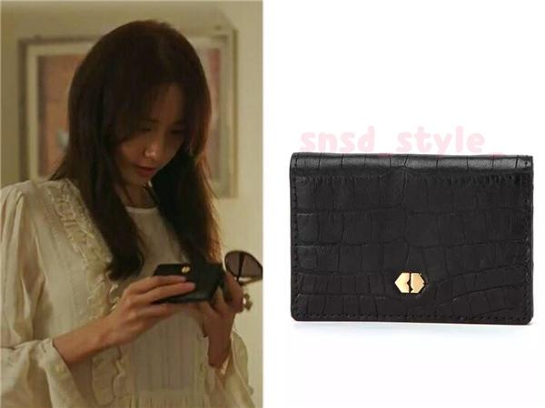"""Chiếc ví da nhỏ nhỏ xinh xinh mà Anna """"mượn"""" của nàng vệ sĩ riêng có giá 68 nghìn won (tương đương 1,4 triệu đồng)."""
