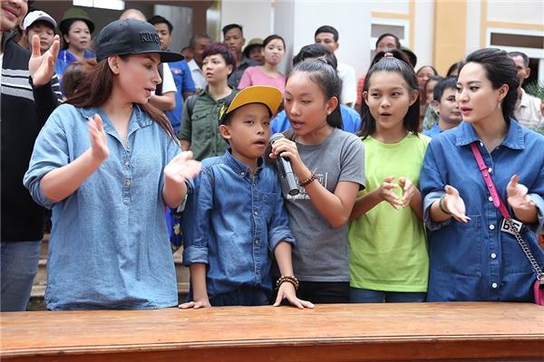 Hồ Văn Cường lần đầu cùng mẹ Phi Nhung đến thăm người dân miền Trung - Tin sao Viet - Tin tuc sao Viet - Scandal sao Viet - Tin tuc cua Sao - Tin cua Sao