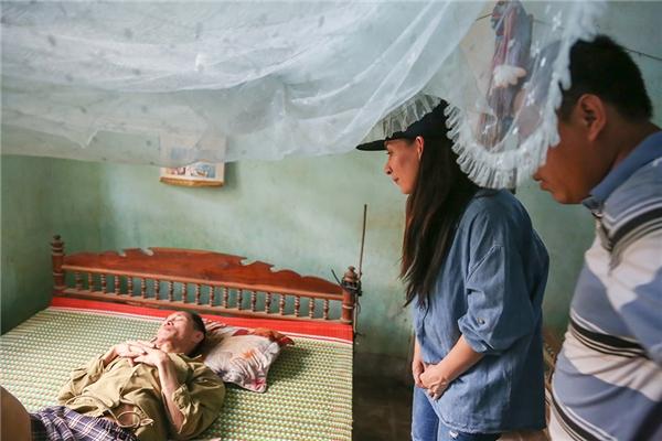 Phi Nhung vào tận nhà thăm hỏi những cụ già neo đơn, sức khoẻ yếu. - Tin sao Viet - Tin tuc sao Viet - Scandal sao Viet - Tin tuc cua Sao - Tin cua Sao