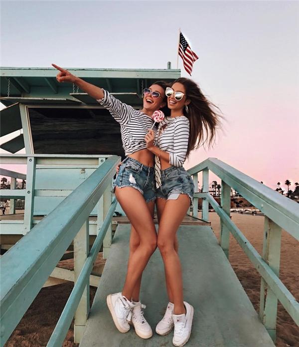 Hai cô gái này luôn diện đồ ton sur ton và quấn quít nhau không rời như thể hai chị em sinh đôi.