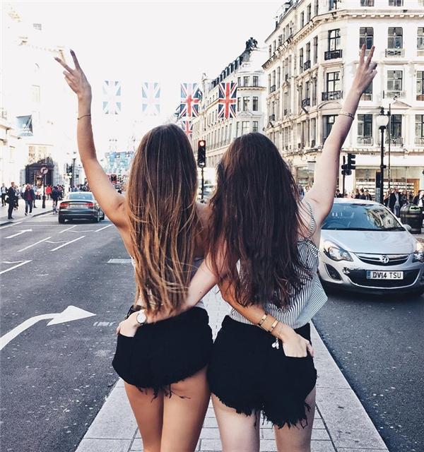 Bấn loạn với đôi hot girl bạn thân ai cũng tưởng chị em sinh đôi