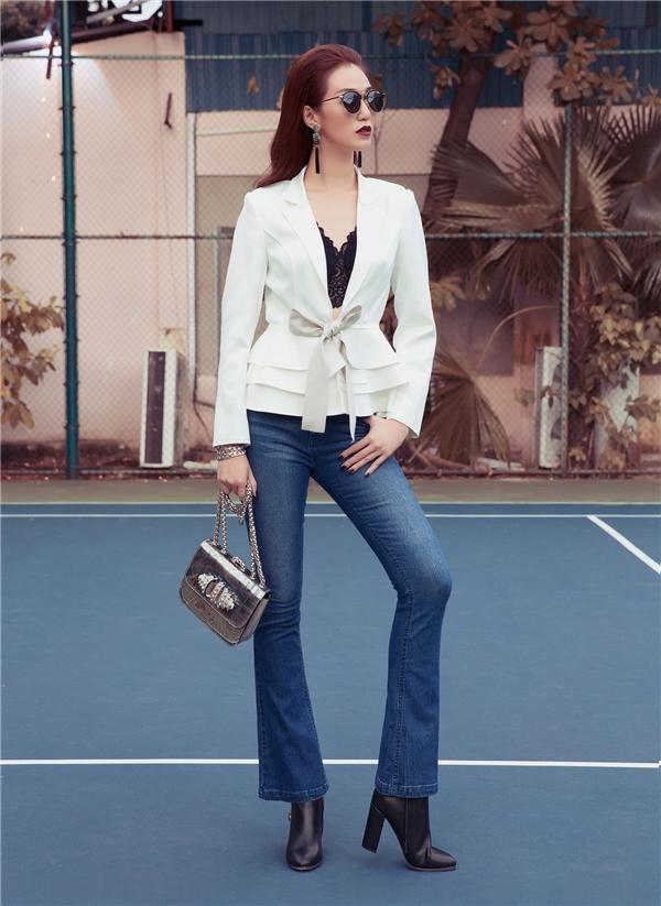 Nữ diễn viên xoay 180 độ với cùng chiếc bratop khi kết hợp áo suit cách điệu phom peplum, quần jeans ống loe dài cổ điển.