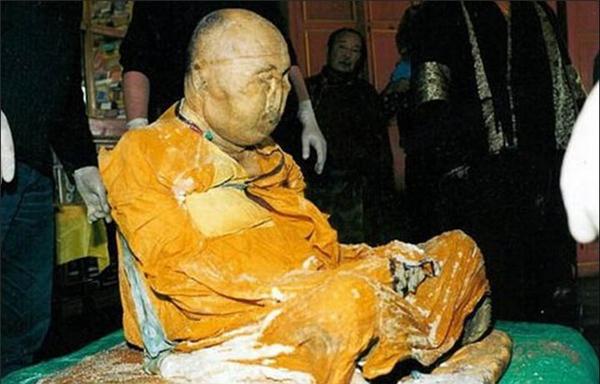 Lạt Ma Damba Ayusheev, người đứng đầu cộng đồng Phật giáo địa phương đã công bố hai hình ảnh chụp từ đoạn video, cho thấy xác ướp đi lại trong tu viện Ivolginsky Datsan, một nơi cách thủ phủ Ulan-Ude khoảng 23 km.