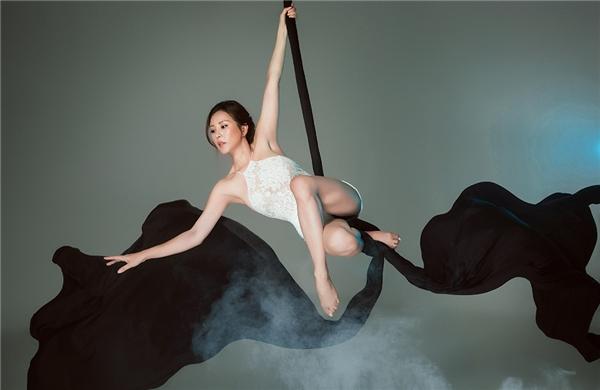 Để thực hiện được loạt hình ảnh này, Hoa hậu Phu nhân đã trải qua quá trình tập luyện lâu dài để cơ thể trở nên săn chắc, dẻo dai. Các động tác tạo dáng đều được Thu Hoài chủ động suy nghĩ, sáng tạo. Thoạt nhìn, chắc chắn nhiều người phải lầm tưởng Thu Hoài là một nghệ sĩ múa thực thụ.