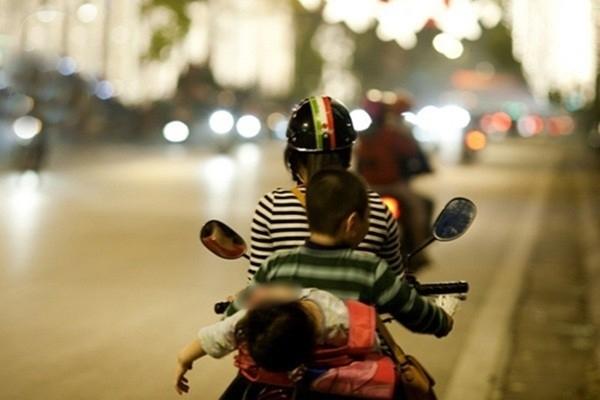 Thót tim với màn đu xe của cháu bé và sự chủ quan của người lớn
